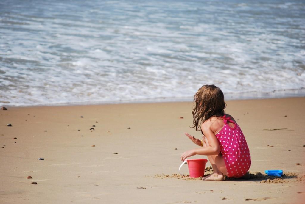 Otrok na plaži nagec ali v kopalkah?