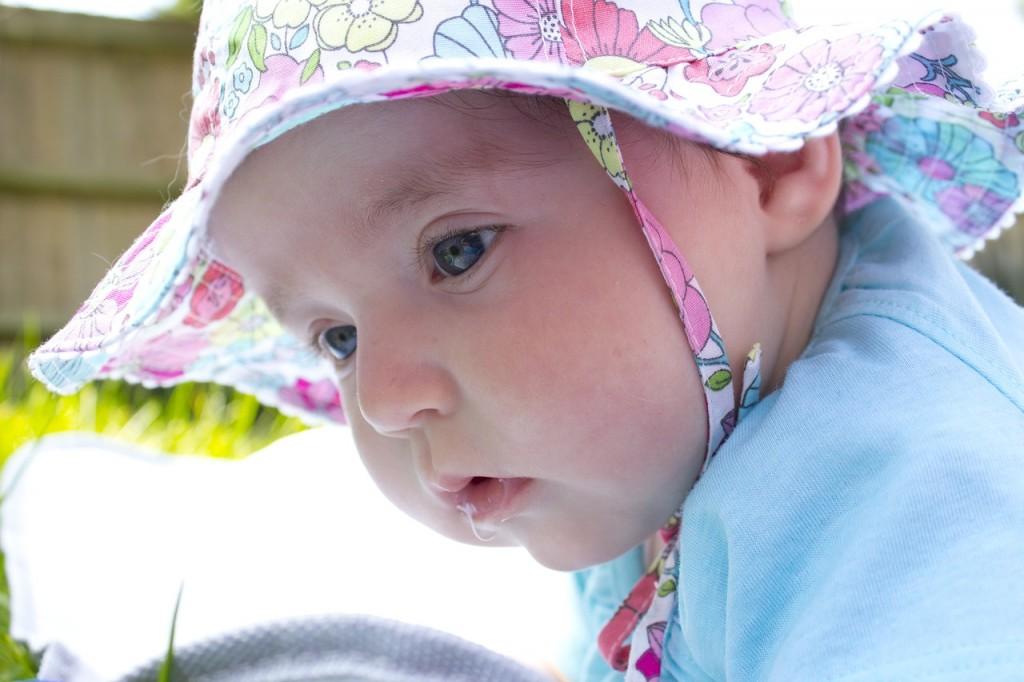 Poletni nasvet: dojenčka oblecite več, malčka izpostavljajte manj