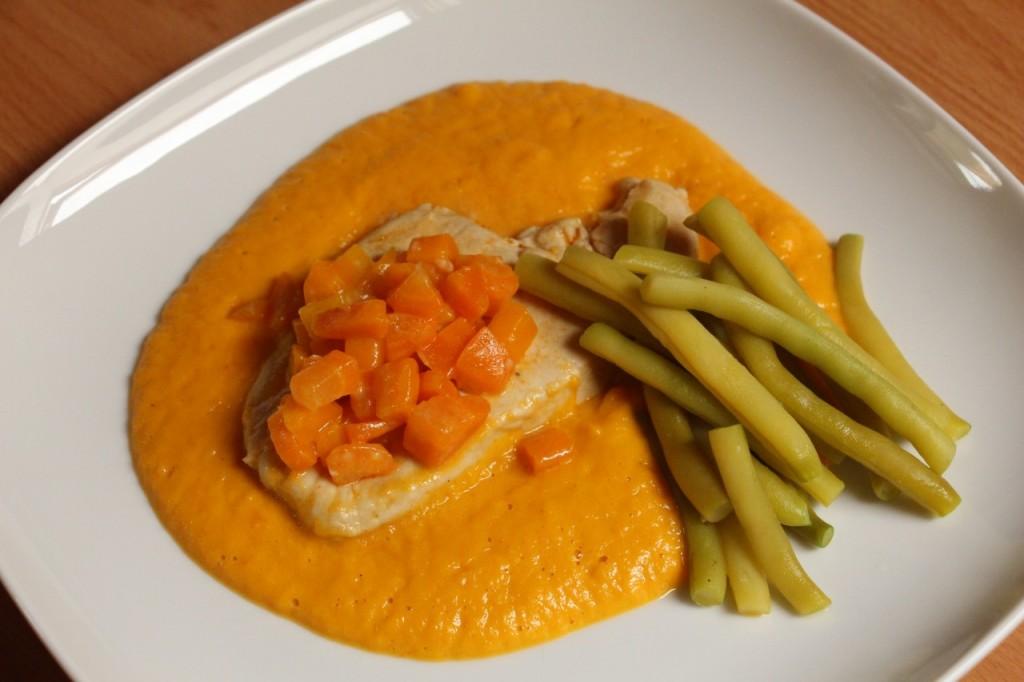 Meso s stročjim fižolom v korenčkovi omaki