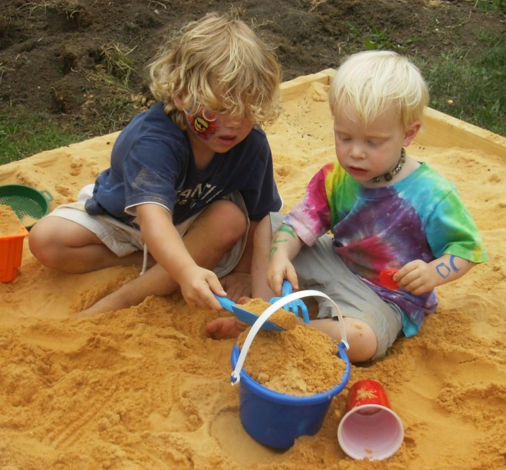 kako-pomagati-otrokom-deliti-igrace-1