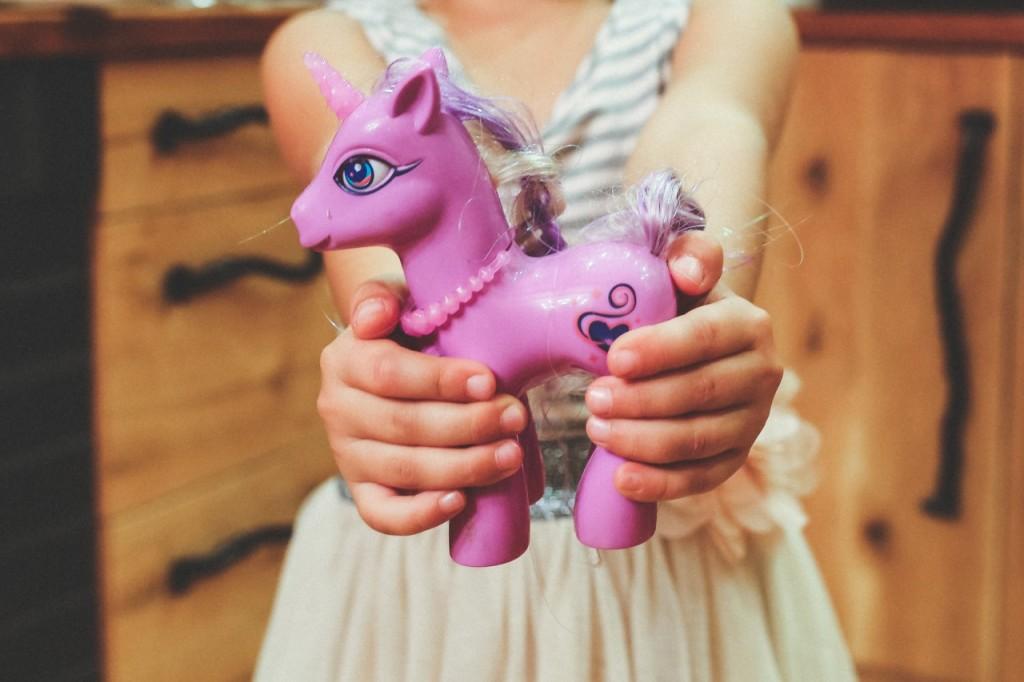 Kako pomagati otrokom deliti igrače