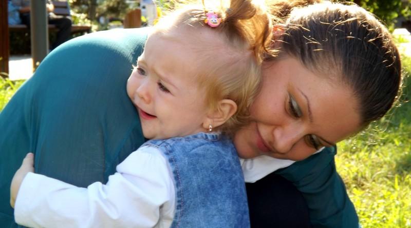 Zakaj so otroci tako nemogoči v bližini svojih mamic