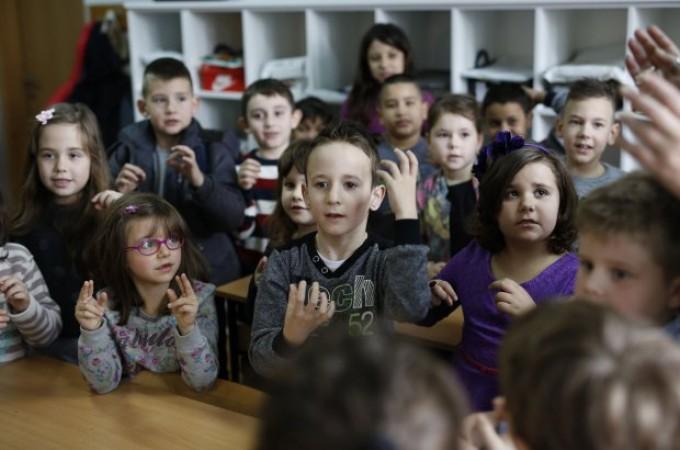 Ves-razred-se-je-naucil-znakovnega-jezika-zaradi-gluhonemega-sosolca