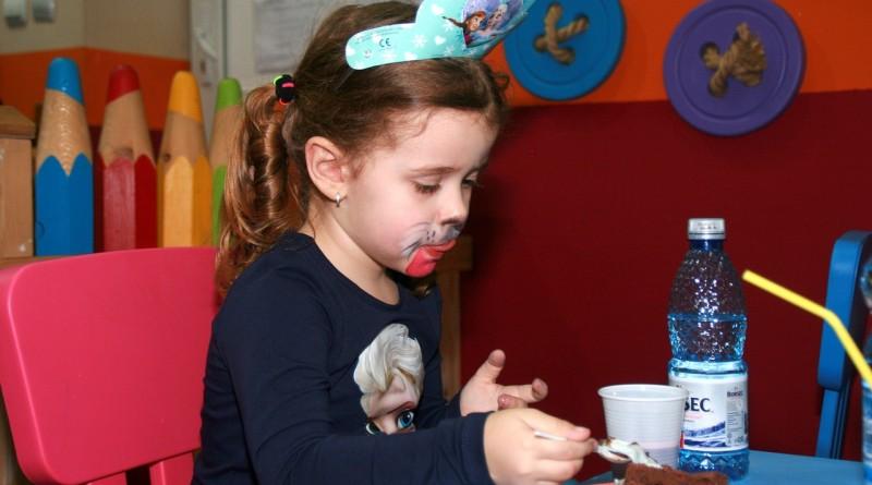 Dobro razmislite, preden otroku odrečete košček čokolade