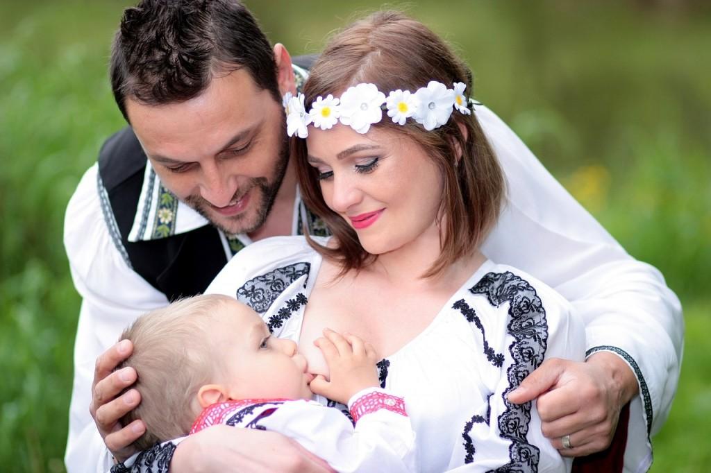 Dojenje - tudi očka lahko aktivno sodeluje