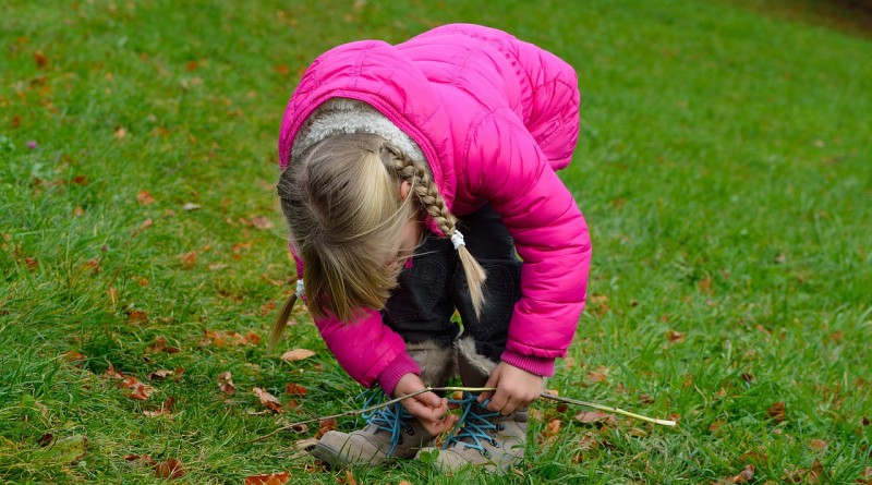 10 znakov, da preveč stvari počnete namesto svojih otrok