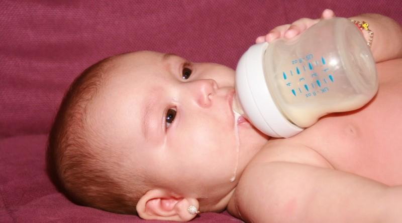 Če dojenček pije preveč vode, je lahko nevarno