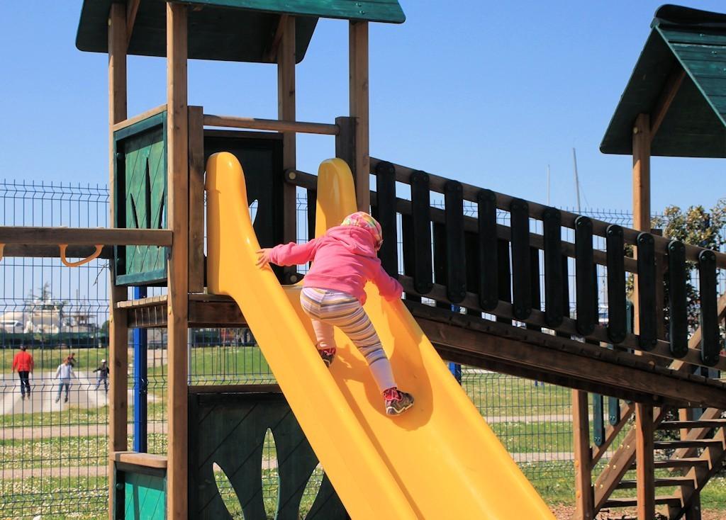 Zakaj morate otroka spodbujati, da se vzpenja po toboganu