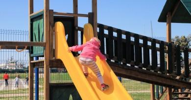 Zakaj moZakaj morate otroka spodbujati, da se vzpenja po toboganurate otroka spodbujati, da se vzpenja po toboganu