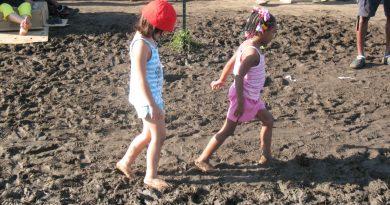 Bosonogi otrok? Ampak tla so umazana. In otrok se lahko prehladi.