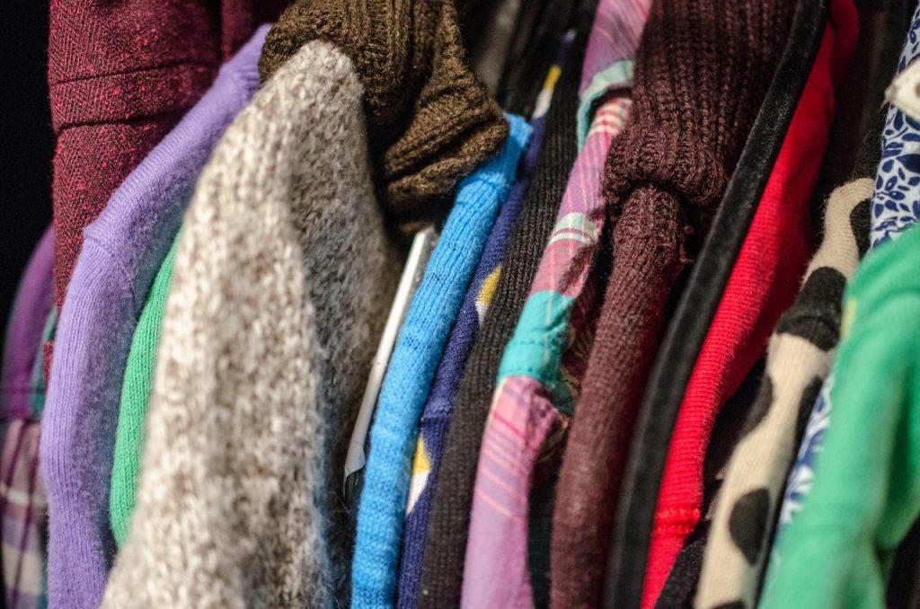 Praktični vodnik za zmanjšanje količine oblačil v omari