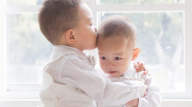 5 korakov, kako pomagati pri prepirih med sorojenci