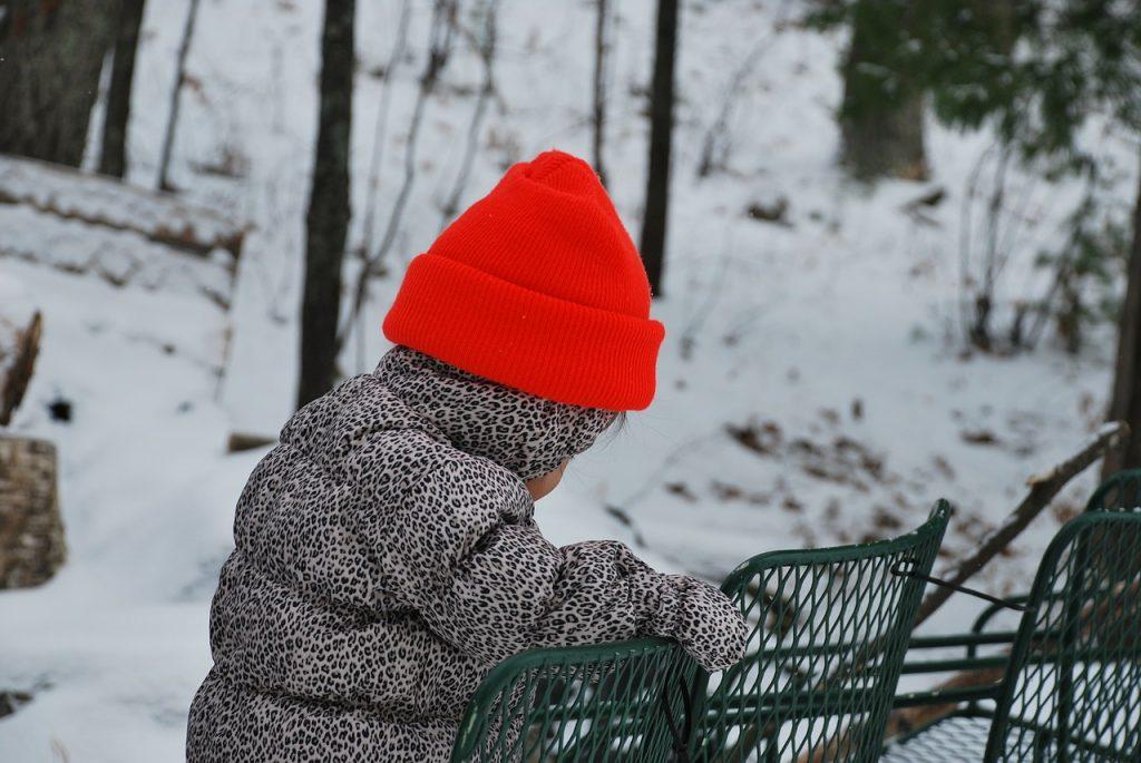 Strokovnjaki opozarjajo: Ne pretiravajte z oblačenjem otrok, to je lahko nevarno