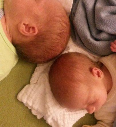 Čas za spanje: uvajanje spalne rutine pri dvojčkih