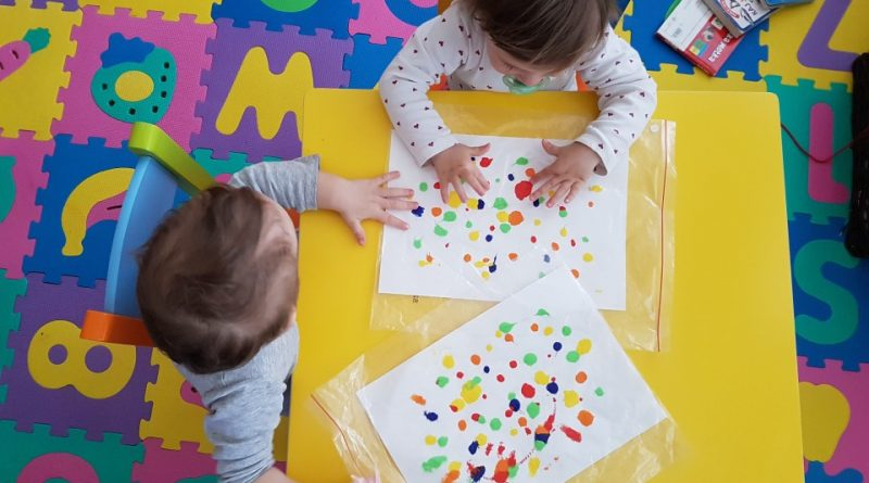 Ustvarjanje z dvojčki - slikanje s prstki