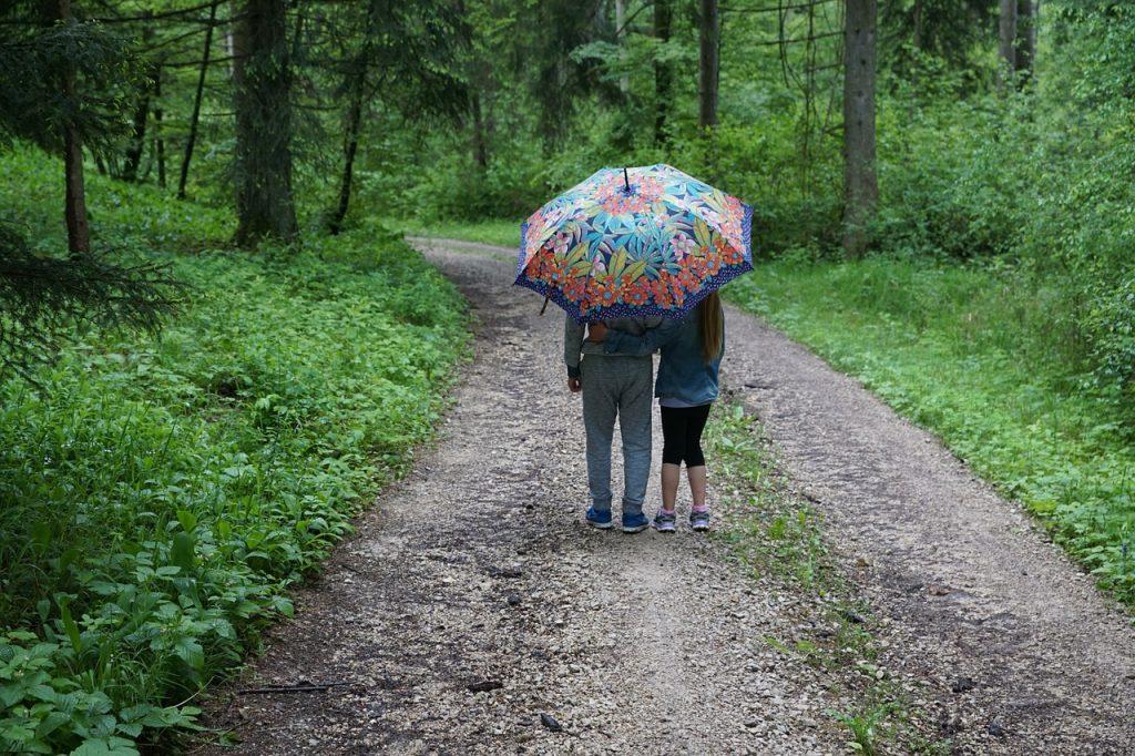 5 razlogov, zakaj se moji otroci igrajo zunaj v (skoraj) vsakem vremenu