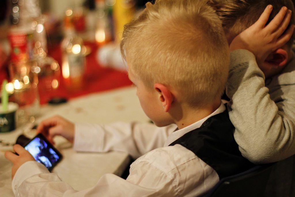 Vam je znano, kaj vaš otrok počne na računalniku, na pametnem telefonu?