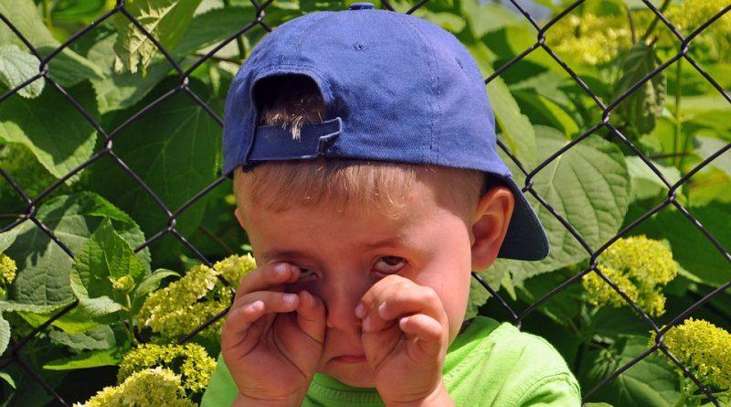 Kako ravnati z jokom pri otrokovi žalosti?
