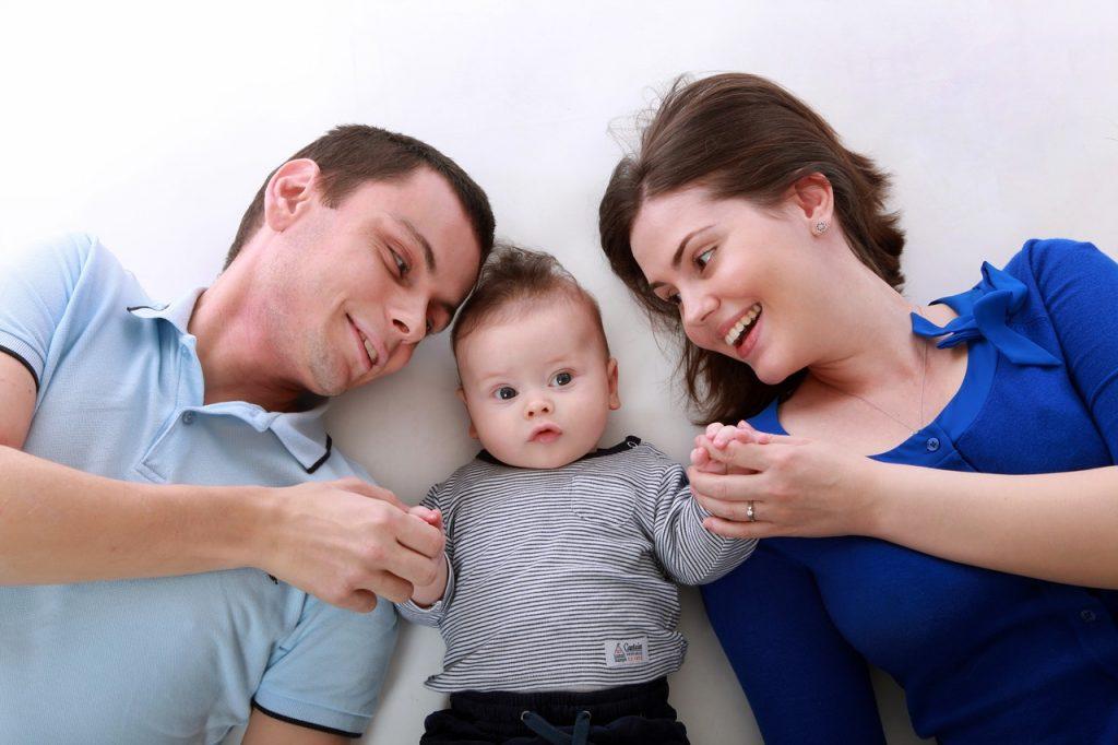 »NORMALNO JE«, ŽIVLJENJSKO, REALNO JE, da se partnerski odnos po prihodu otrok spremeni