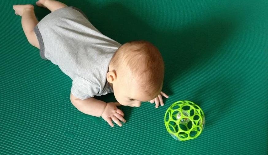 Trebušni položaji pri dojenčku