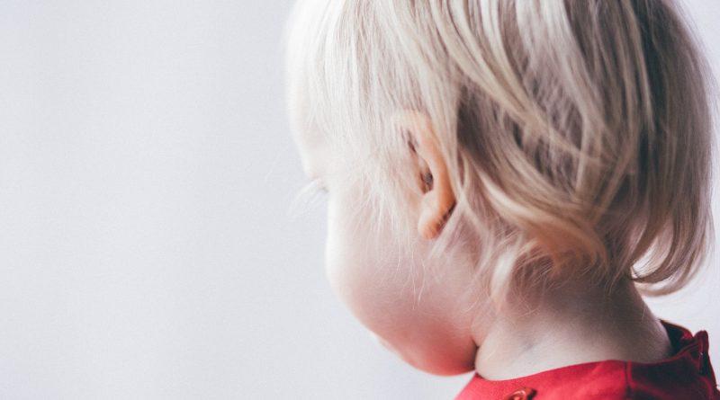 Zakaj otroci udarjajo z glavo ob steno ali tla?