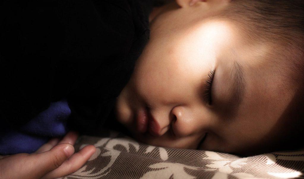 Otrok bruha – kdaj vas mora skrbeti?