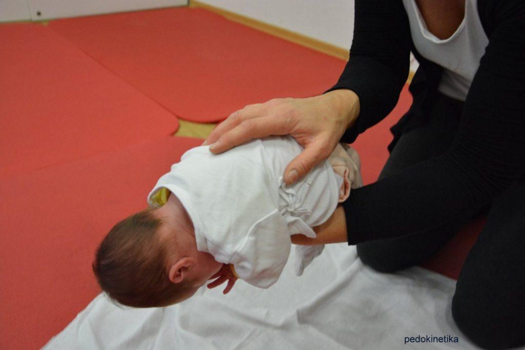 Premikanje dojenčka - joj, kaj pa glava?