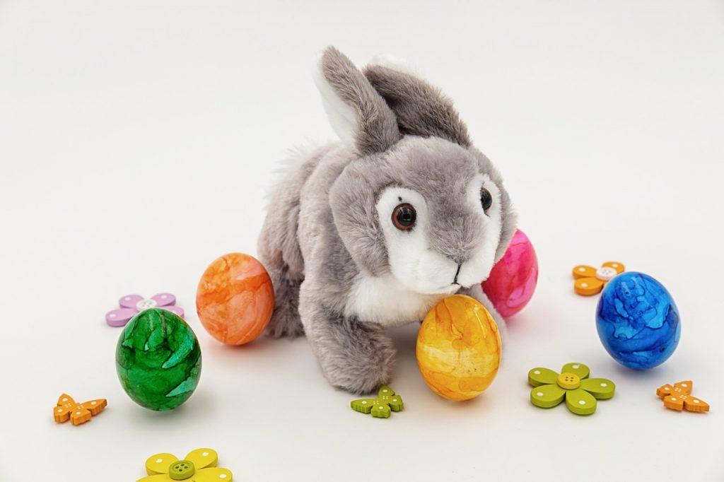 Zakaj barvamo jajca in zakaj jih za Veliko noč »nosijo« zajci in ne kokoši?