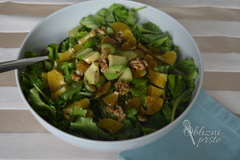 Solata z orehi, pomarančo in avokadom